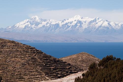 """Udsigt over """"Moder Jord"""" og """"Fader Jord"""", Amantanís to bjergtoppe."""