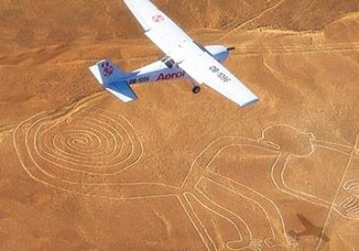 Fly over Nazca-linjerne i Peru.